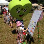 Zdravko pomaga otrokom pri ustvarjanju
