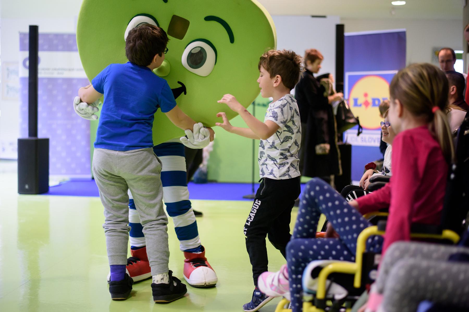 Zdravko pleše z otroki