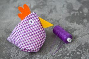 Našij še gumba za očesi in kokoška je nared.