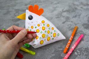 Če za kokoško izbereš enobarven košček blaga, jo lahko na koncu še okrasiš tako, da blago porišeš kar s flomastri.