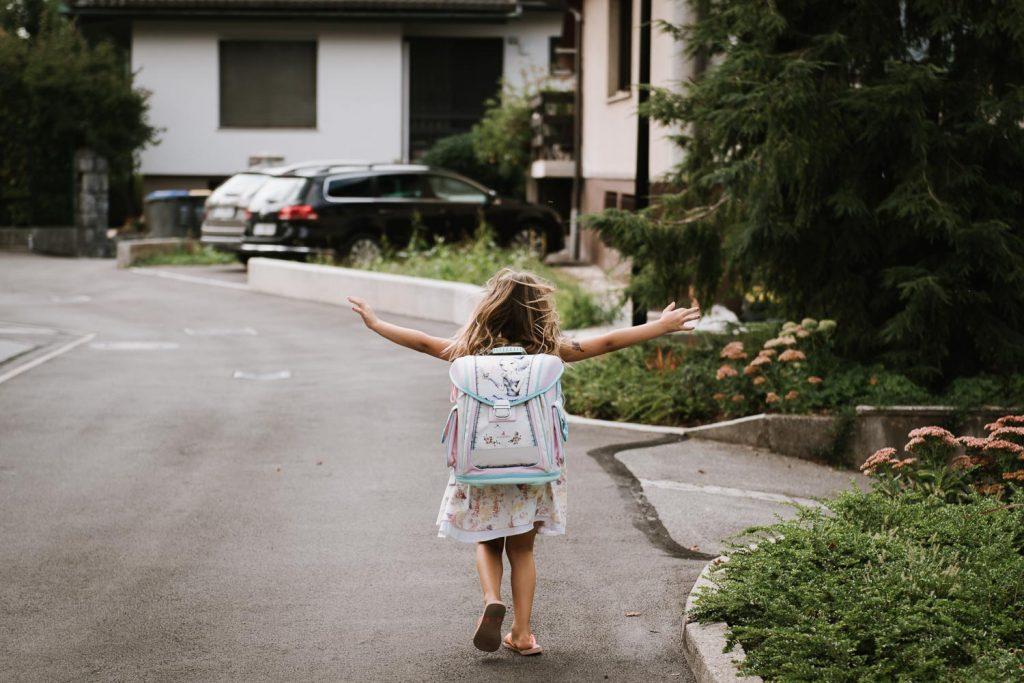 Otroci gredo nazaj v šolo.