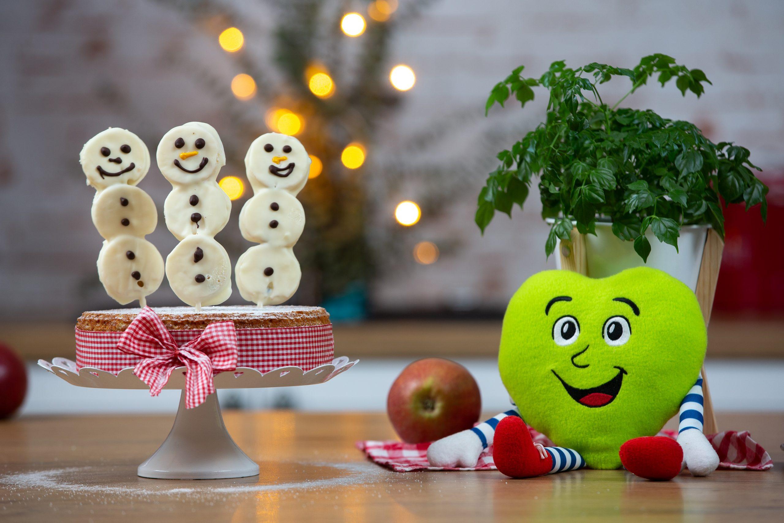 Zdrobova tortica z jabolčnimi snežaki
